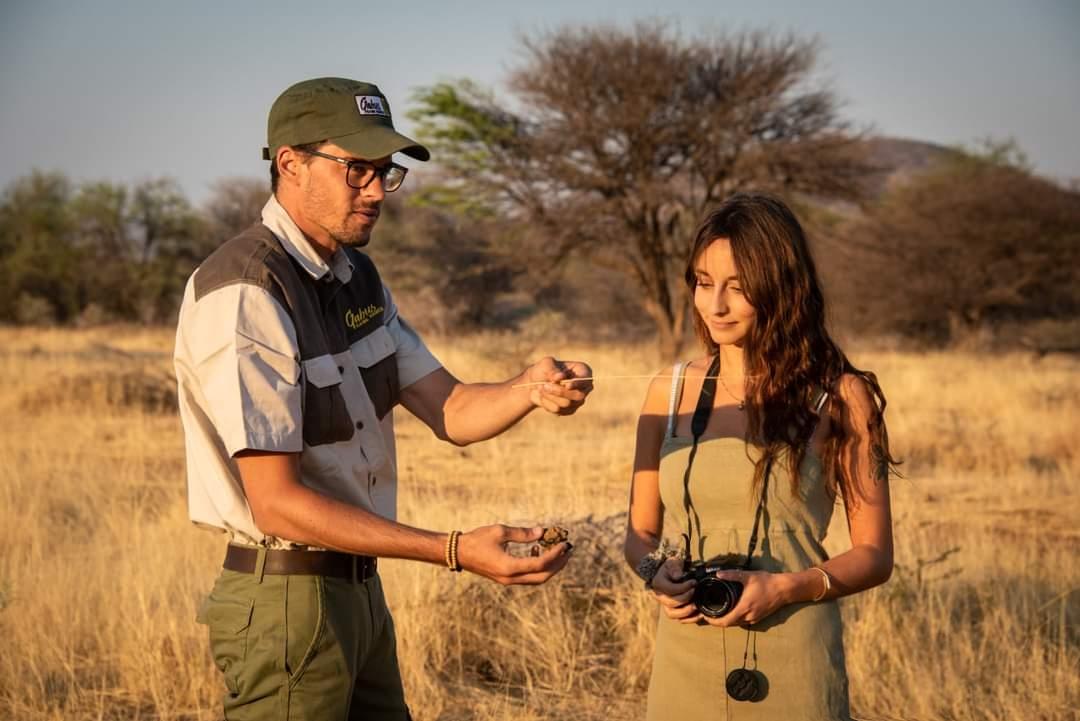 Explication par un guide au milieu du désert