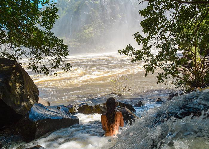 Piscine naturelle aux chutes Victoria en Zambie