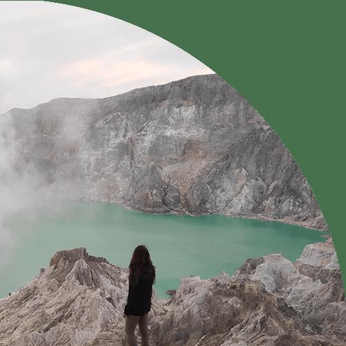 Femme sommet volcan Indonésie